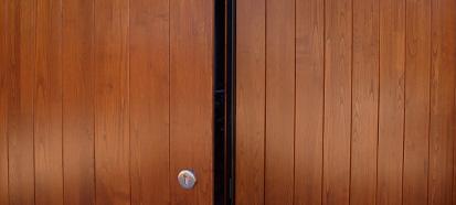 Pin puertas batientes portones metalicos madera garajes for Puertas de garaje de madera