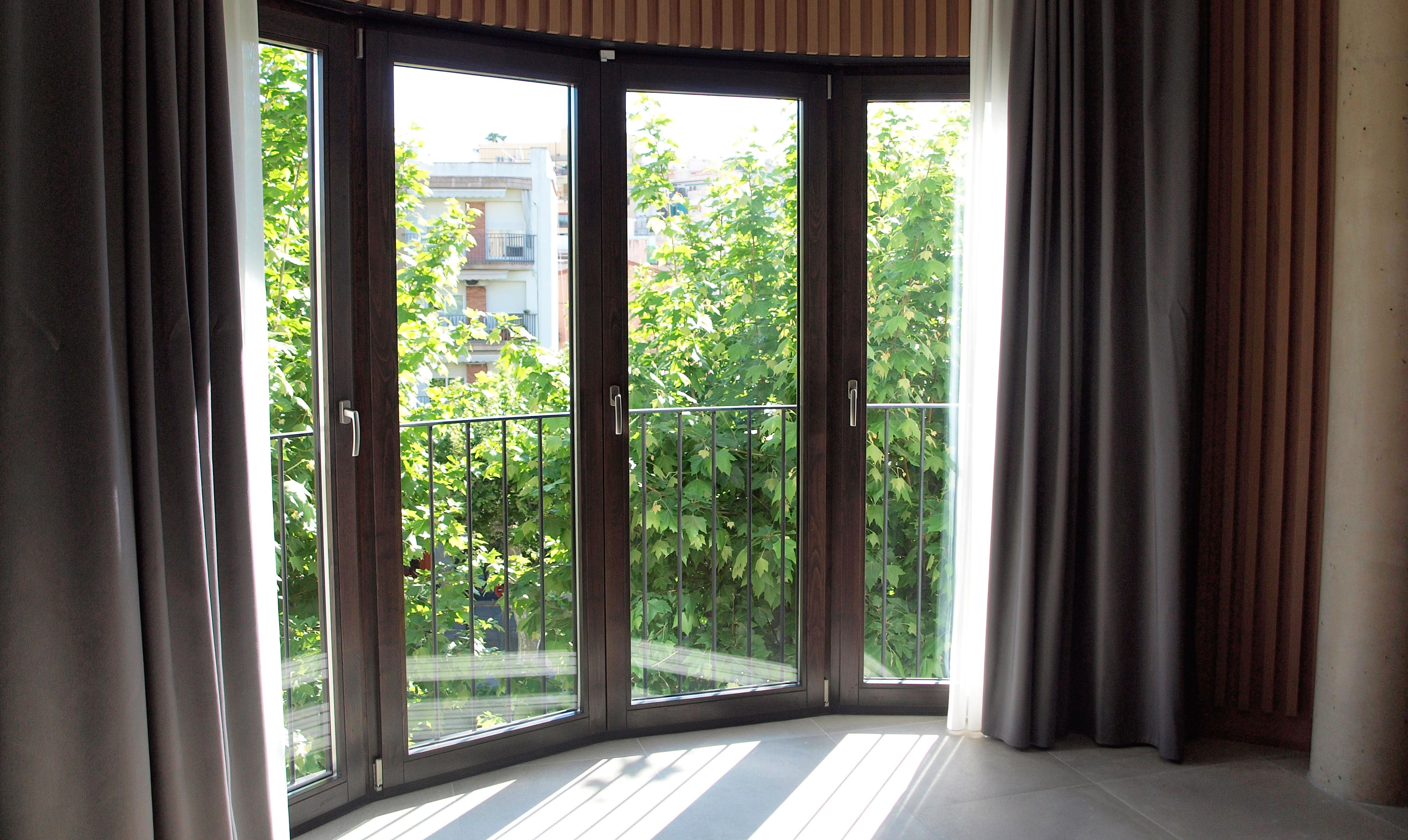 ventanas de madera Barcelona Arenys de Mar Hotel Boutique con ventanas de madera la Roca Village ventanas de madera ángulo